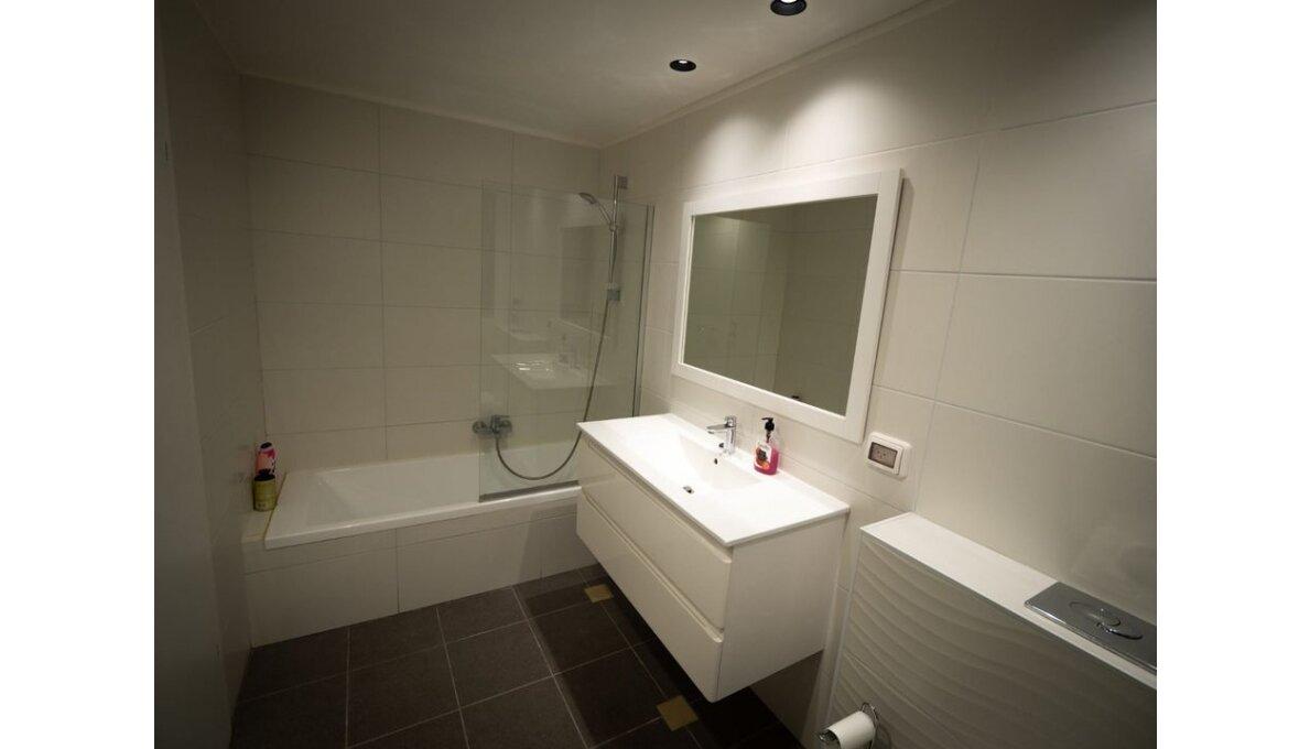 אמבטיה ענקית וחדר שירות